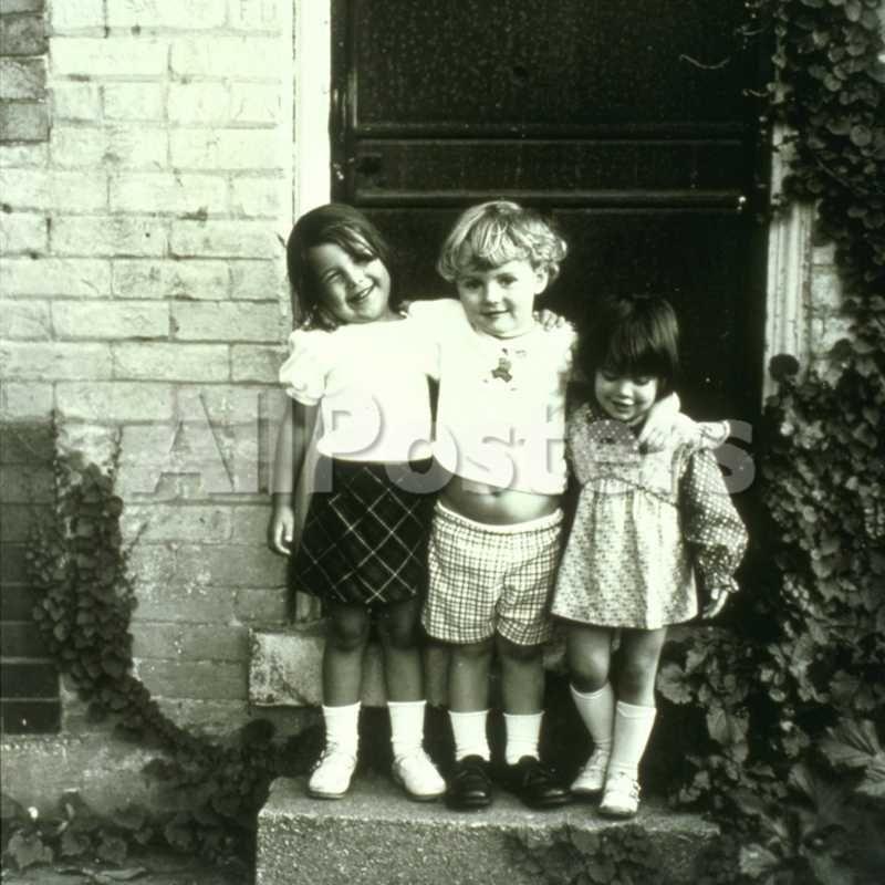three-girlfriends-on-front-porch-usa.jpg (800×800)