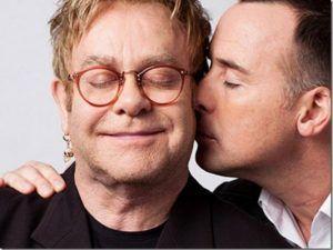 Elton quiere hablar con Putin sobre derechos de homosexuales