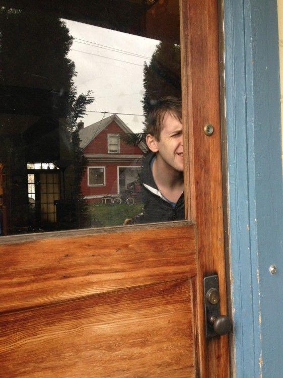 puerta con la mirilla en la esquina y que tiene una ventana