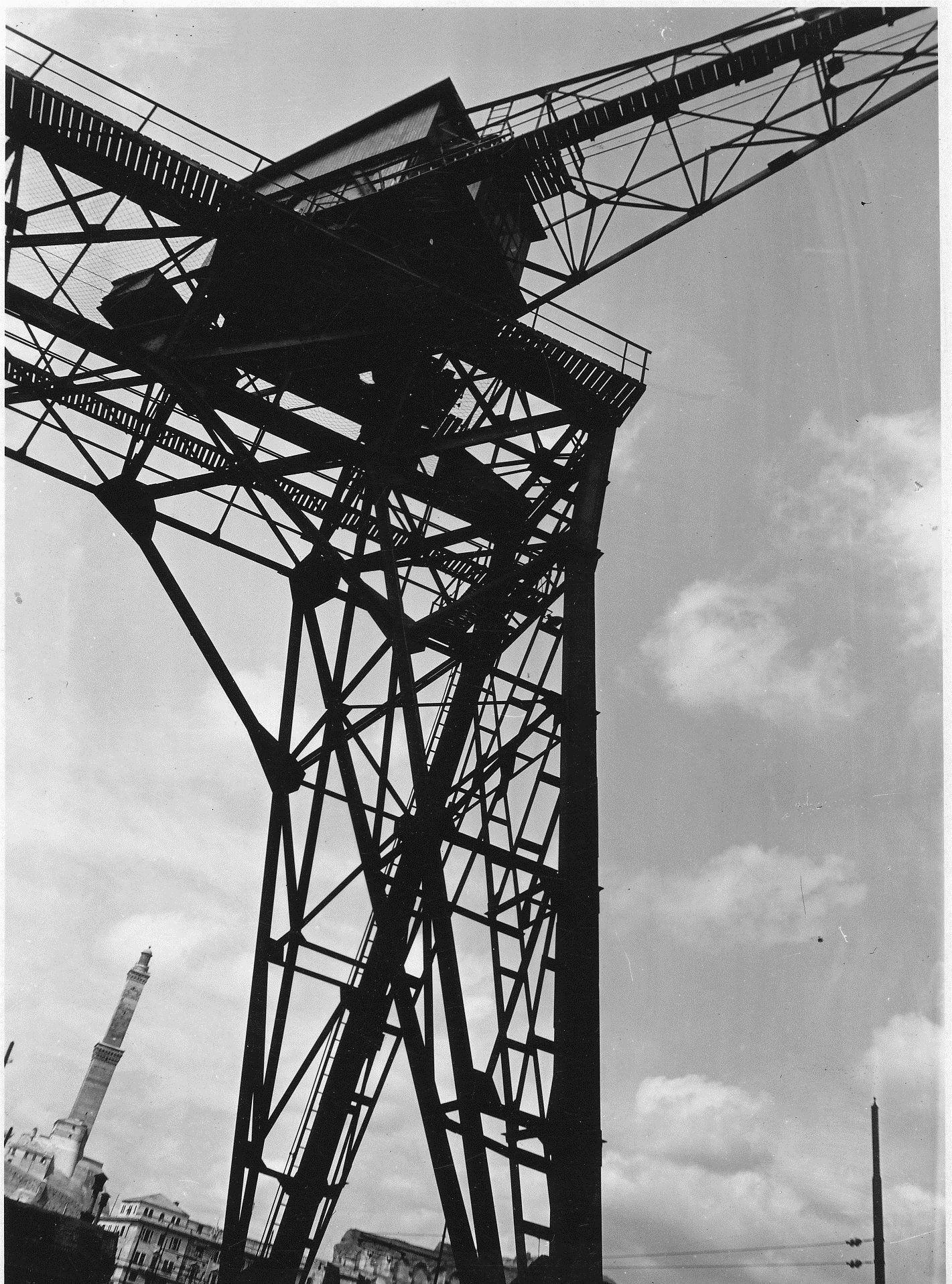 Una gru del Porto di Genova; sullo sfondo, la Lanterna (Photo: Cresta, 1937-1938) #genova #genoa #liguria #portodigenova #portofgenoa #lanterna #lighthouse