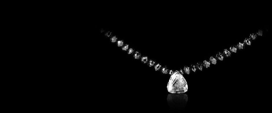 2.67 ct. Rådiamant som vedhæng og 26.64 ct sorte facet slebne diamanter i collier med sort rhodineret 18 kt hvidguldslås