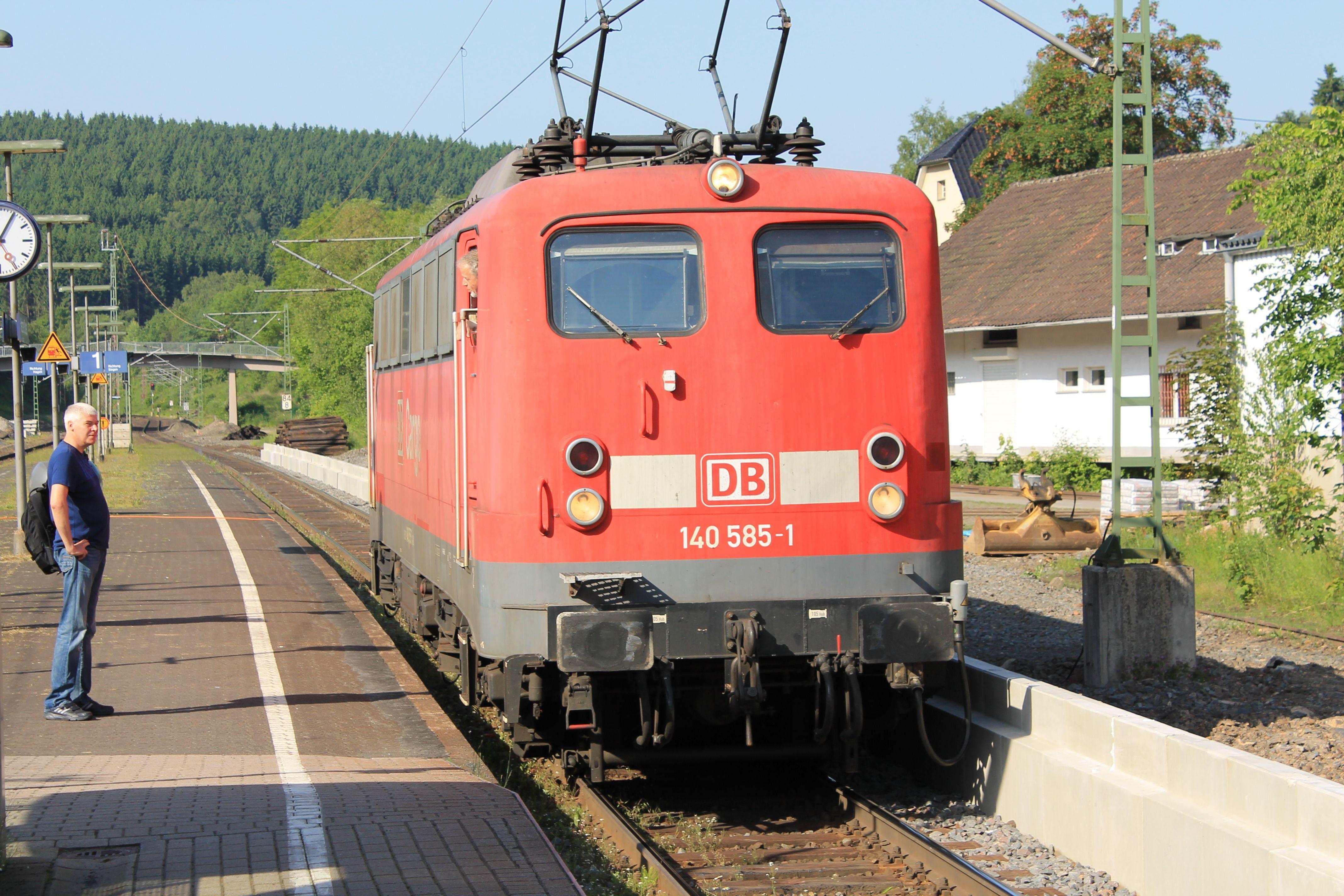 2013.06.18.  140-535 hat einen Zug von Altenhundem nach  Welschen-Ennest nachgeschoben, und wird gleich wieder zurück fahren.