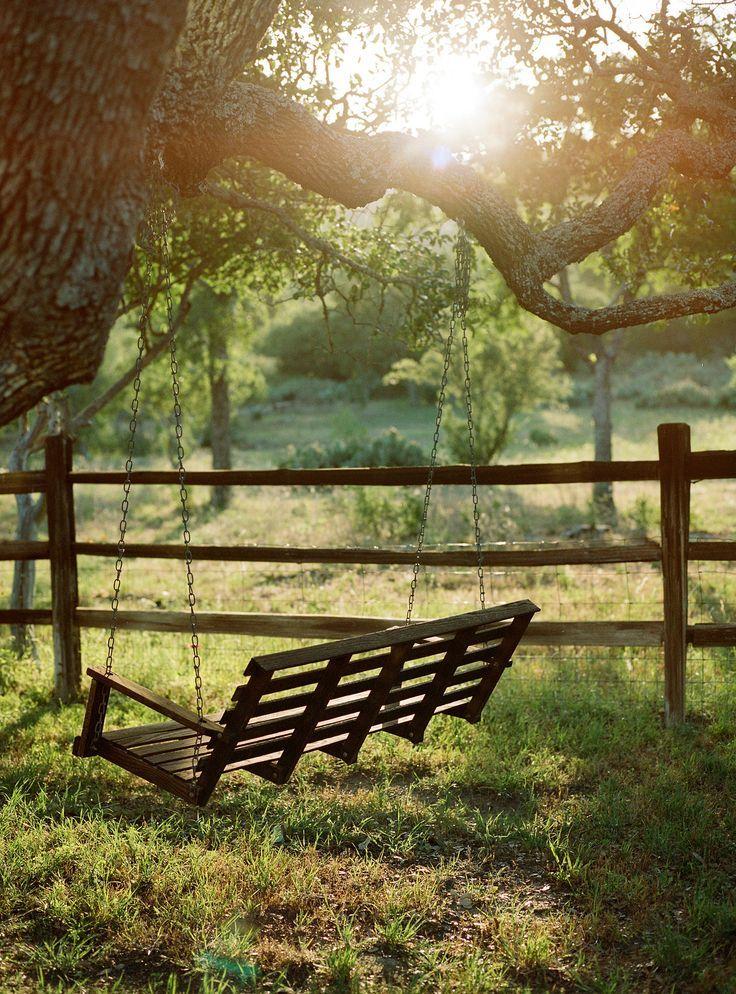 Traumen Entspannen Und Im Garten Auf Der Schaukel Sitzen Ein Idealer Sommertag Und Wie Ware Es Mit Einer Hollywoodschaukel Und Outdoor Country Life Scenery