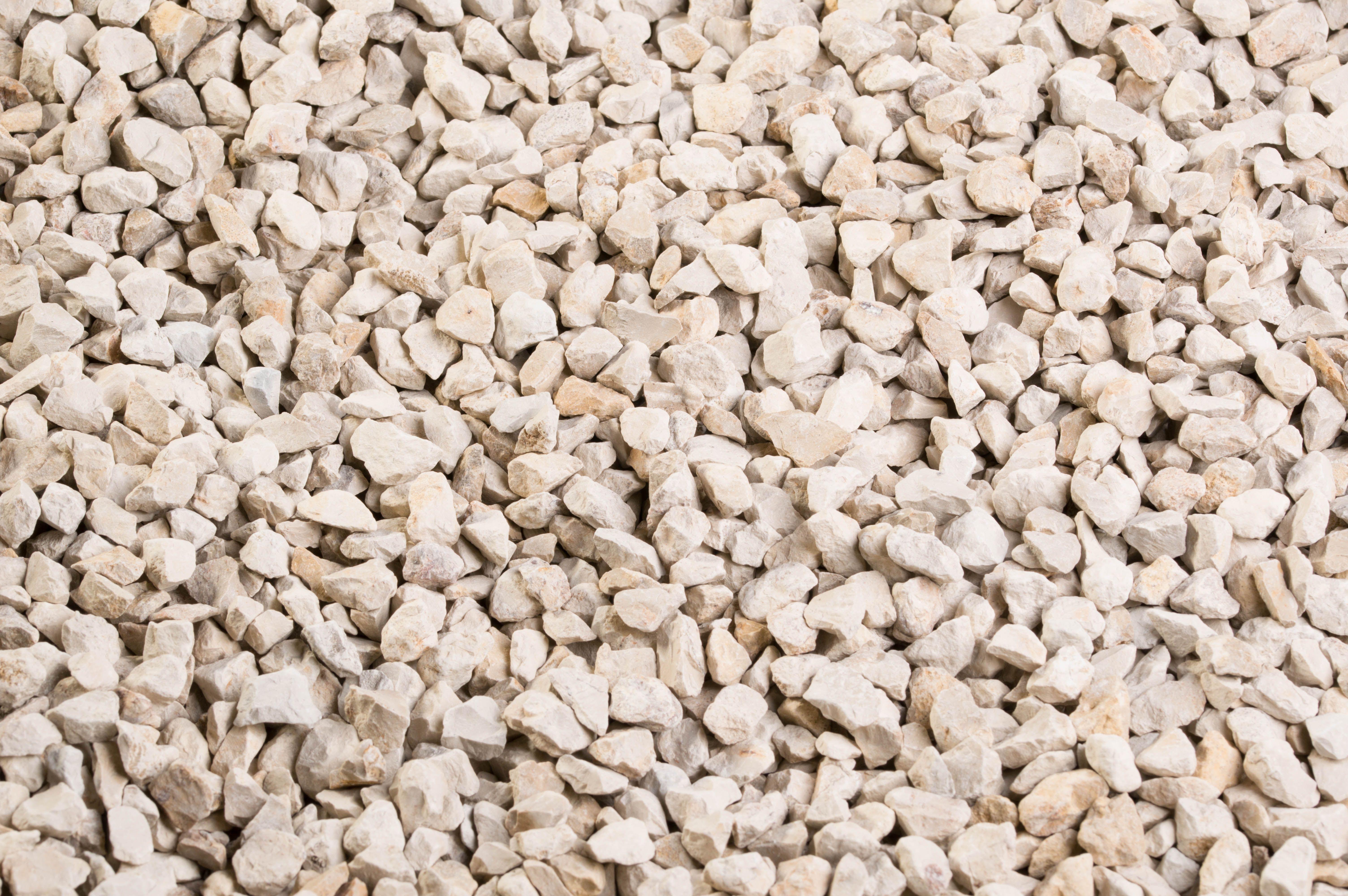 le versailles 6 10 mm est un gravillon d coratif de calcaire dans les tons beige clair id al. Black Bedroom Furniture Sets. Home Design Ideas