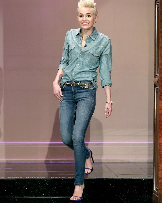 ee0fdcb082f9 Miley Cyrus Wearing Denim Shirt And Blue Washed Skinny Jeans ...