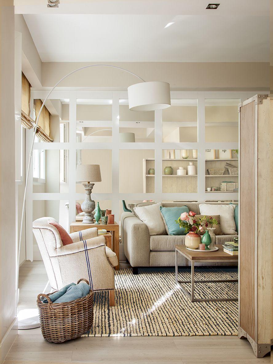 Peque o sal n decorado en tonos claros con una pared for Espejo pared completa