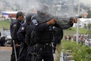 Ante la falta de respuesta del gobierno estatal, padres de familias y estudiantes de la Escuela Normal de Ayotzinapa iniciaron este domingo la búsqueda de al menos 57 jóvenes desaparecidos desde el viernes pasado en la ciudad de Iguala, luego de que fueron atacados a balazos por policías municipales provocando la muerte de tres alumnos. […]