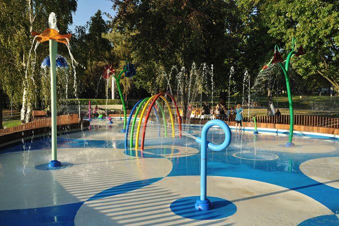 15 Best Indoor And Outdoor Water Parks In And Around Houston Splash Park Water Park Kids Indoor Playground