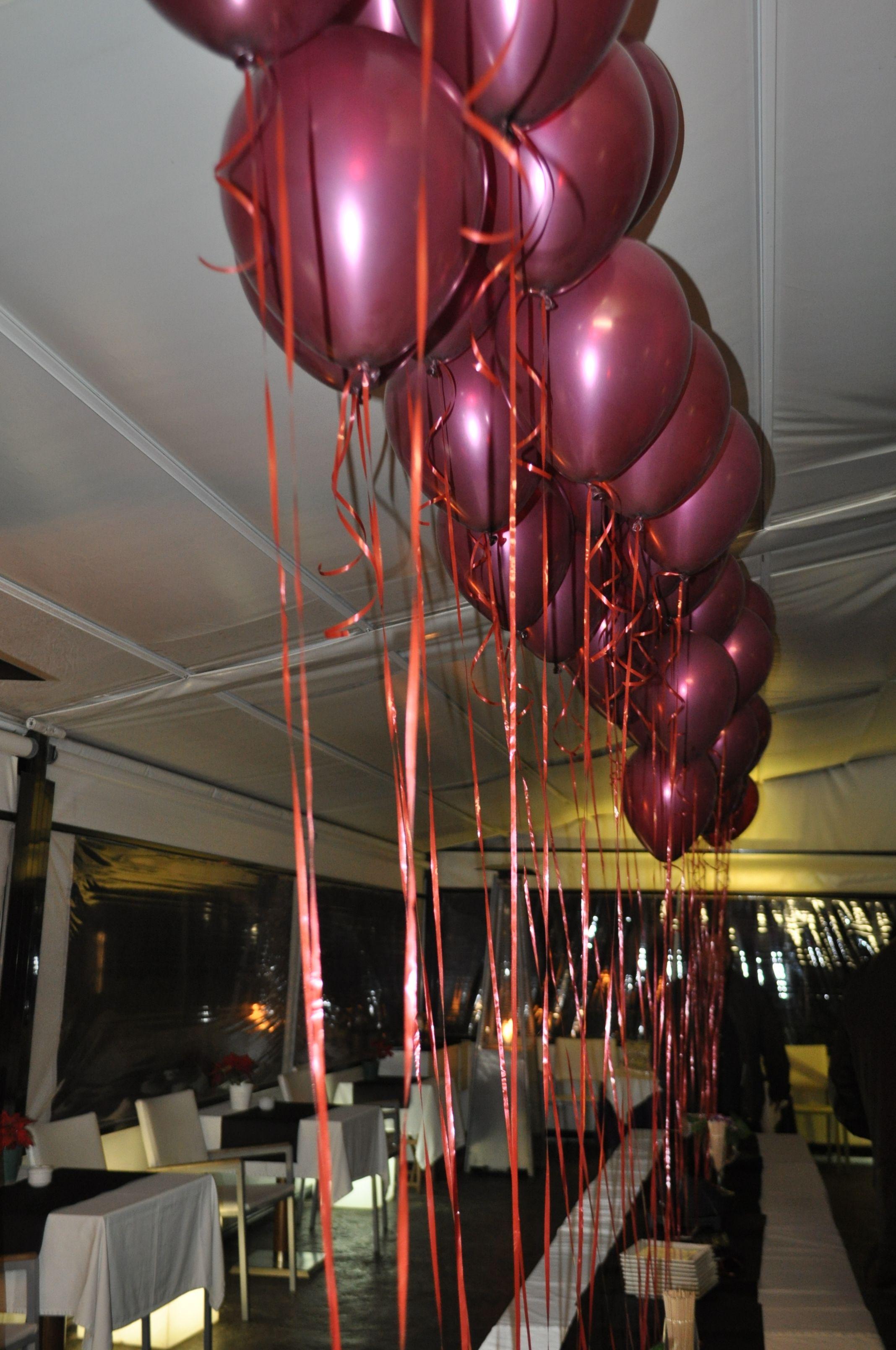 50 globos en color vino a lo largo de toda la mesa para - Decoracion con globos 50 anos ...