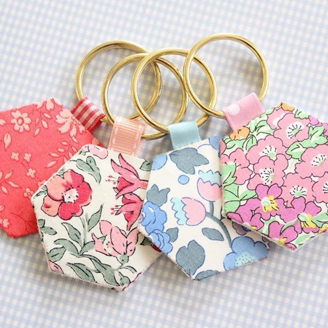 Scrap fabric ideas hexie keyrings they 39 re such a quick for New handmade craft ideas