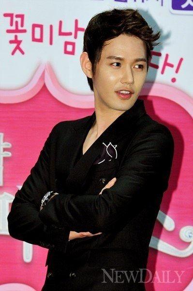 """Jun Ji Hoo Talks About Kissing """"Ms. Goddess"""" Gyuri"""