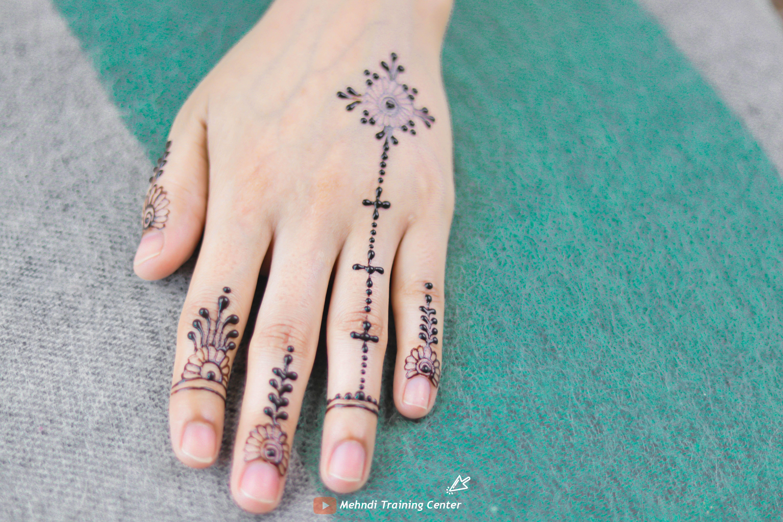 أجمل أصابع العيد البسيطة بأفكار تصميم الحناء الخاصة بالفتيات أشهر تصميم الحناء على اليوتيوب Henna Hand Tattoo Hand Henna Hand Tattoos