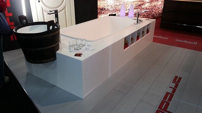 Prototipo vasca da bagno con lavabo integrato. Completamente rivestita in corian. Al salone del mobile di Bergamo 2012.