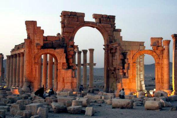 Estado Islâmico explode Arco do Triunfo de Palmira, na Síria