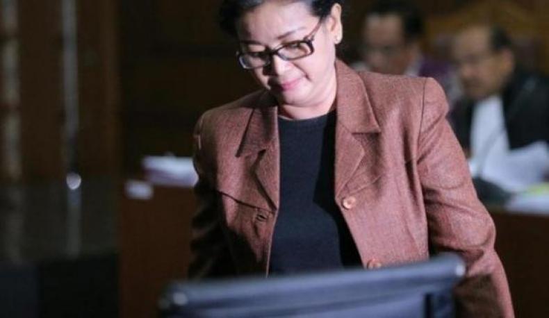 """KPK: Miryam Haryani Si """"Gadis Ahok Masih Sembunyi"""" di Jawa?  KONFRONTASI - Komisi Pemberantasan Korupsi menyatakan Miryam S Haryani tersangka pemberi keterangan tidak benar pada persidangan perkara tindak pidana korupsi proyek KTP elektronik (KTP-e) masih berada di Indonesia.  BACA: Gadis Ahok Masuk DPO KPK  KPK juga telah mengirimkan surat kepada Polri untuk memasukkan salah satu nama dalam Daftar Pencarian Orang (DPO). (Baca: KPK masukkan Miryam ke Daftar Pencarian Orang)  """"Miryam masih di…"""