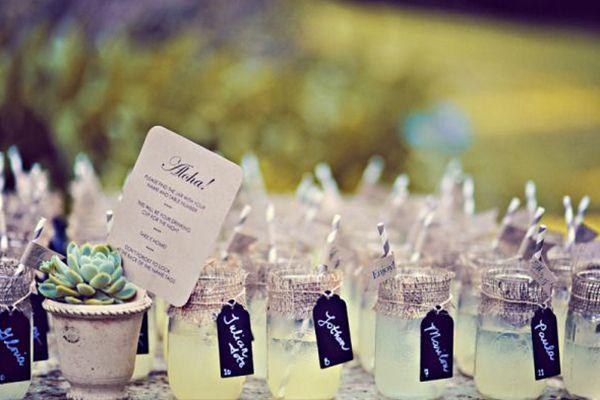 Si la ceremonia tiene lugar al aire libre, ofrecer limonada a nuestros invitados será una idea muy refrescante. #bodas #verano #calor