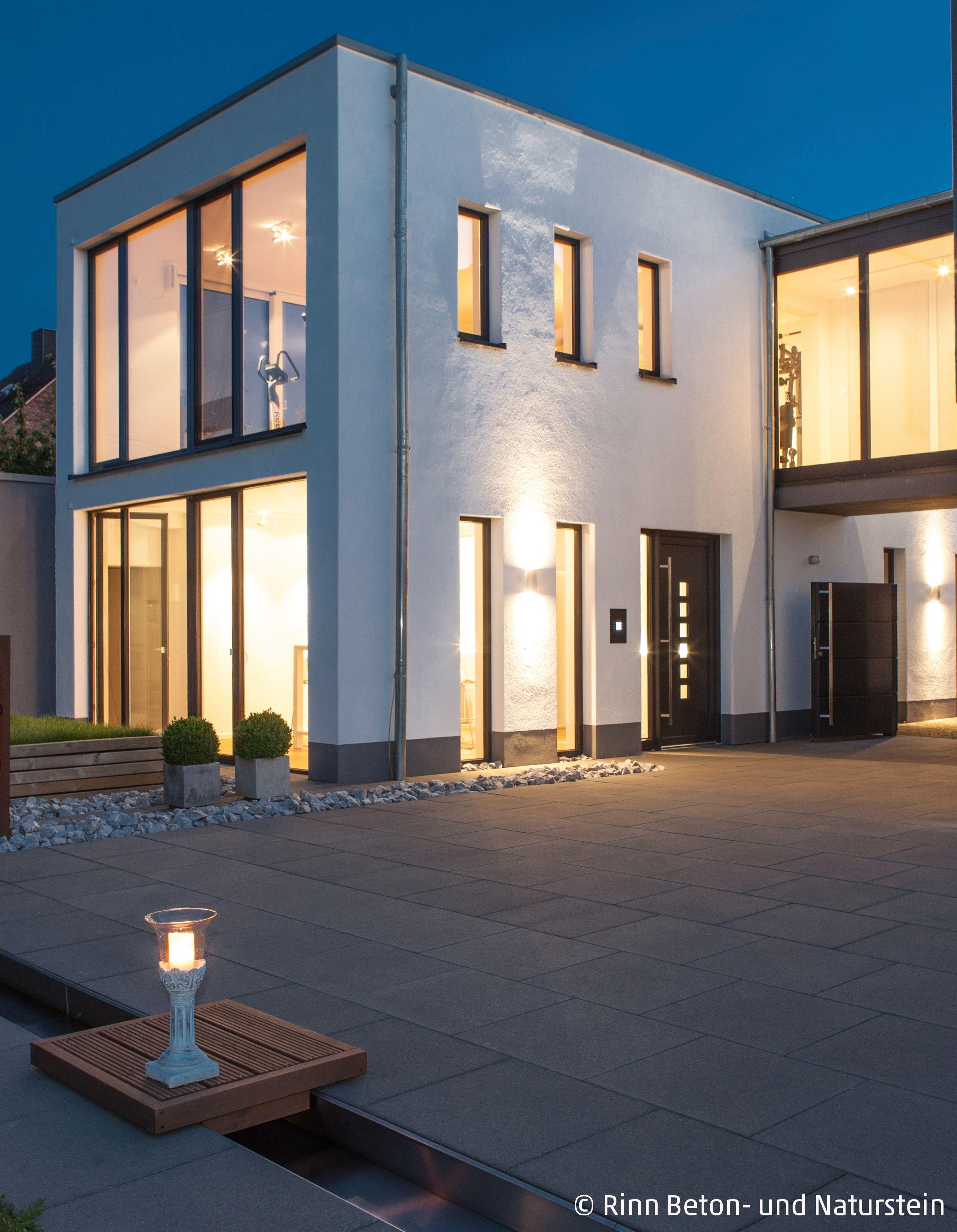 Architektonisches Haus Trifft Moderne Grossformatige Platten In Dunklem Grau Im Eingangsbereich Design