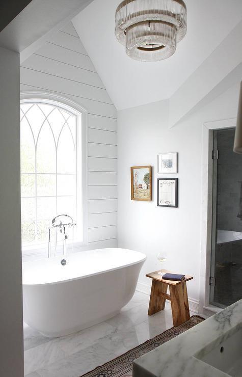 Das atemberaubende Badezimmer ist mit weißen Marmorbodenfliesen ausgestattet und verfügt ü ...