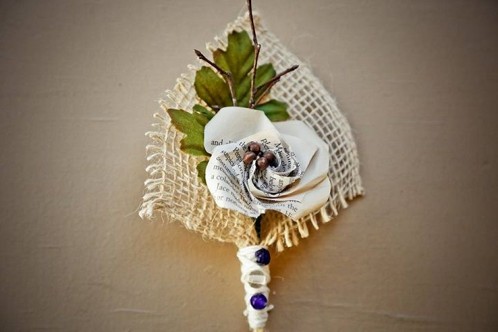 Origami boutonnieres for Navy Blue and Gray Rustic Literary-themed Wedding with DIY details | fabmood.com #navyblue #navybluewedding #boutonnieres #origamiboutonniere #literarywedding