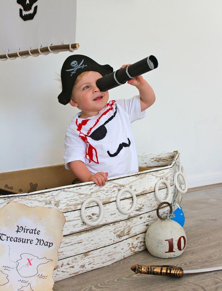 kleiner junge in piraten t shirt mit ausziehbarem fernrohr. Black Bedroom Furniture Sets. Home Design Ideas
