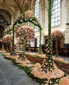 In the church of Landcommanderij Alden Biesen,during Fleuramour 2013. Floral design by Lana Bates. Photo by LM Flower Fashion