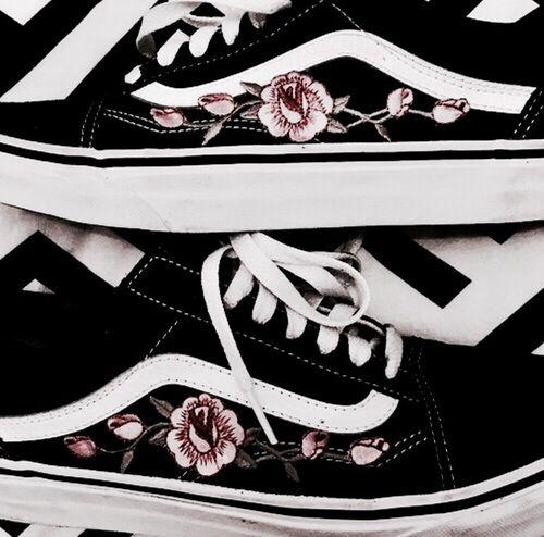 vans noir avec des roses
