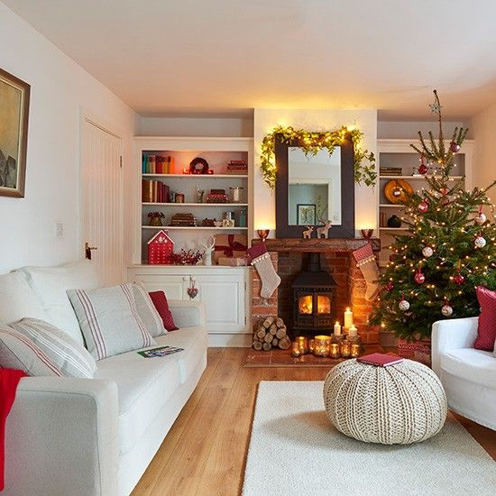 33 Best Christmas Country Living Room Decorating Ideas: Neutral Festive Living Room With Large Country-style