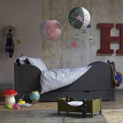 Une jolie chambre pour enfant avec des suspensions déco