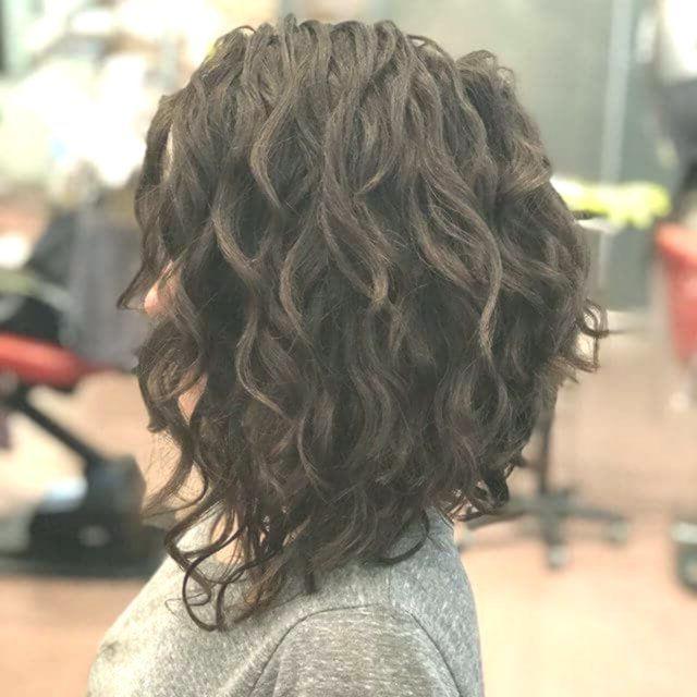 50 Kurze Lockige Haare Ideen Um Ihr Stil Spiel Zu Verbessern Frisyrer Frisuren Coi Carre Plongeant Cheveux Boucles Permanente Cheveux Court Cheveux Courts