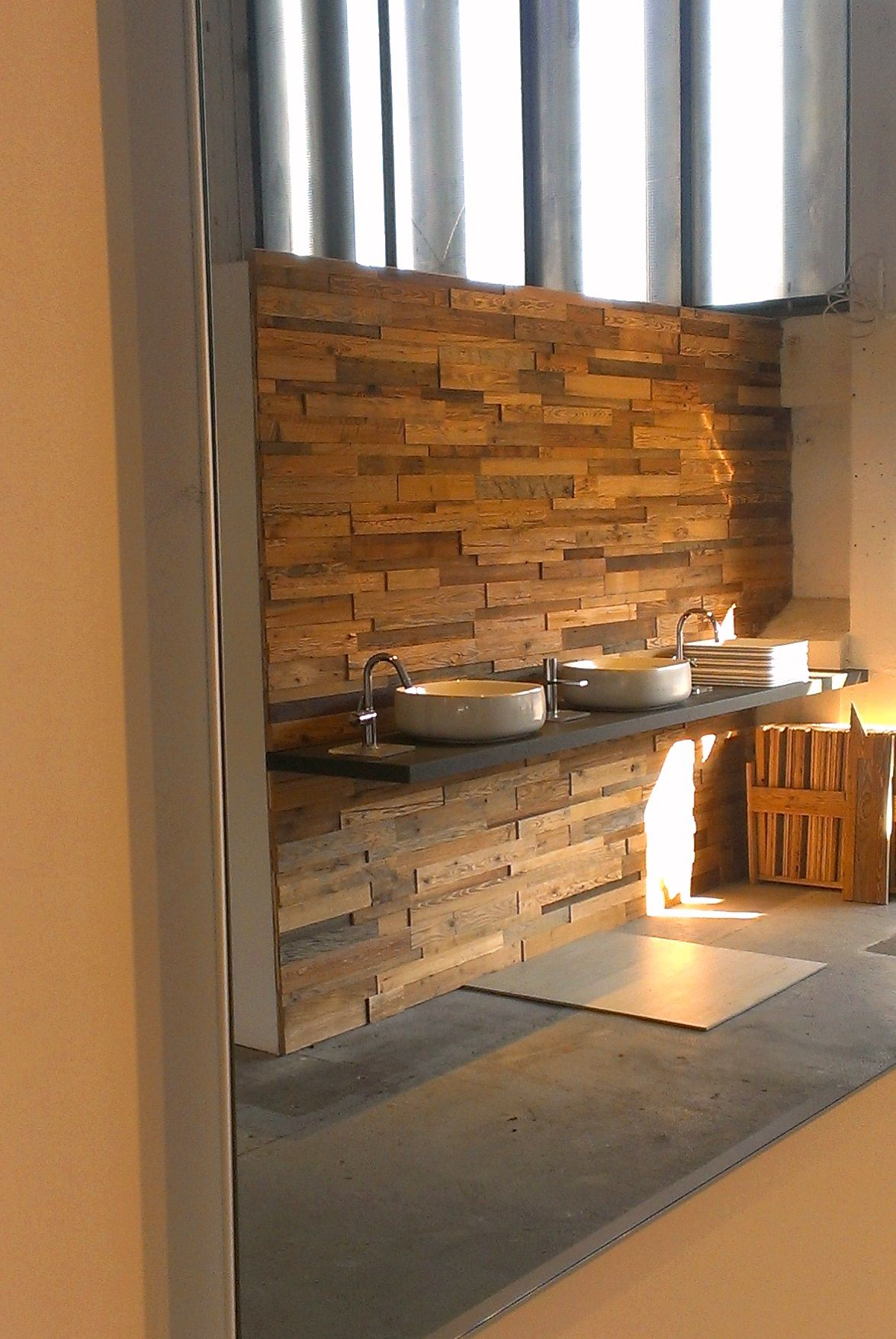 Waschbecken i holzwand i wasserhahn i spiegel i waschschale i wandverkleidung produkte und - Holzwand fliesen ...