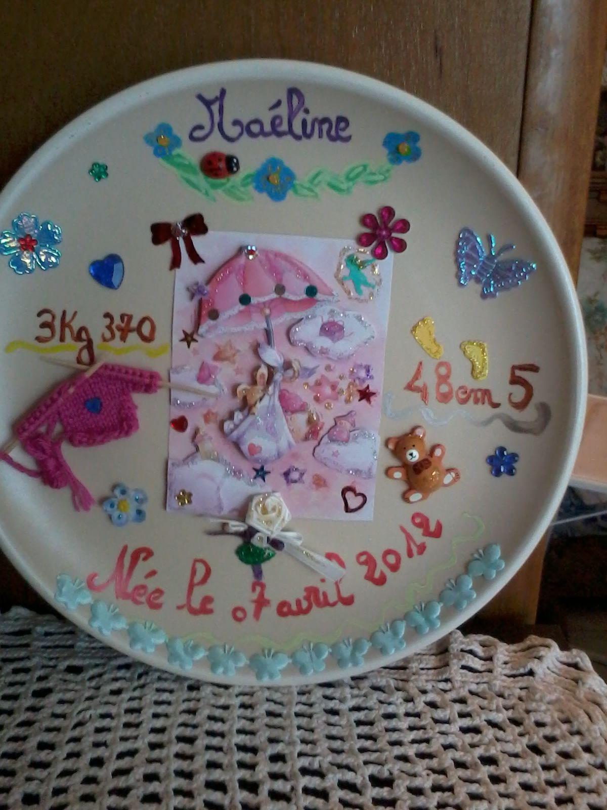 Assiette Maéline, sans le poème... Les petits tricots c'est moi qui les tricotes avec des cures dents ...