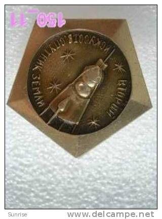 SPACE: second space satellite Sputnik 2 / old soviet badge USSR_150_sp7337