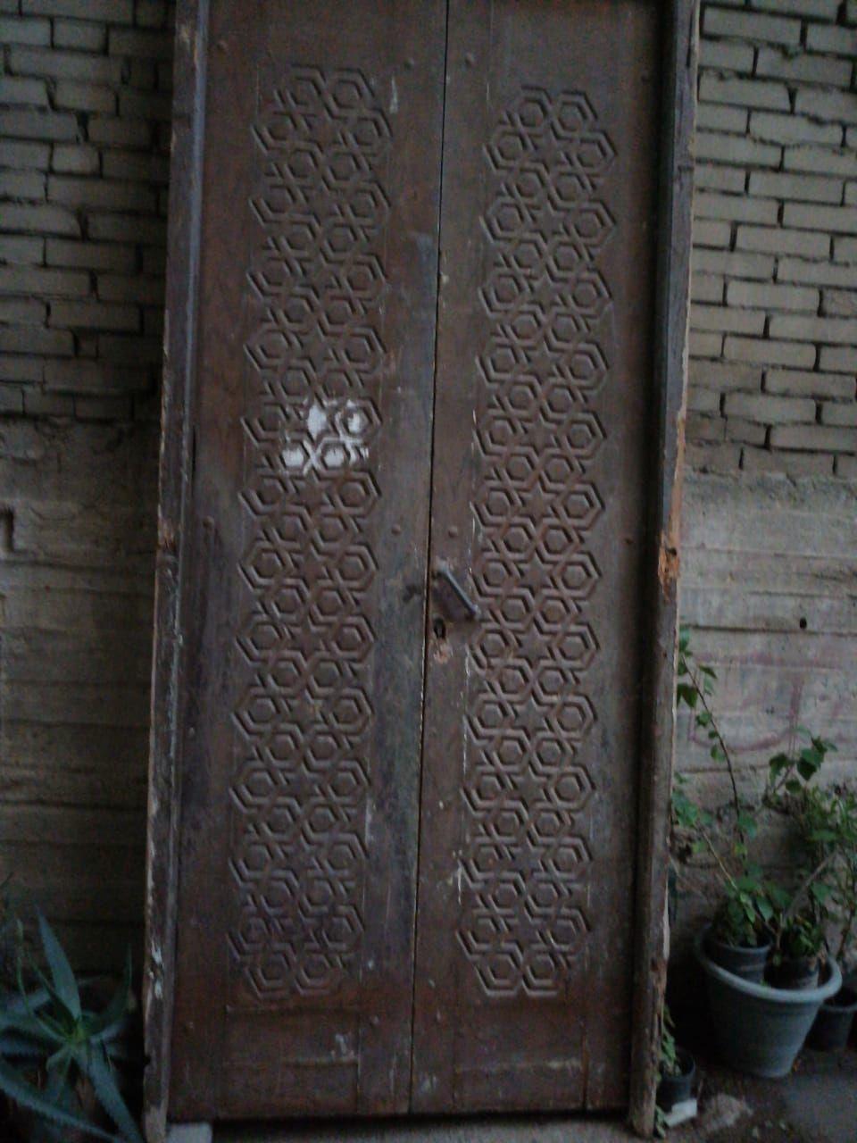الباب السابق نشره عملنا منه قطعة للتلفزيون طولها 300 سنتي و عمقها 50 سنتي هذة صورتها الان في بيت الزبونة We Have Made A Architectural Antiques Decor Antiques
