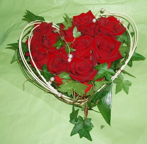 joli bouquet de roses rouges en coeur coeurs bouquet. Black Bedroom Furniture Sets. Home Design Ideas
