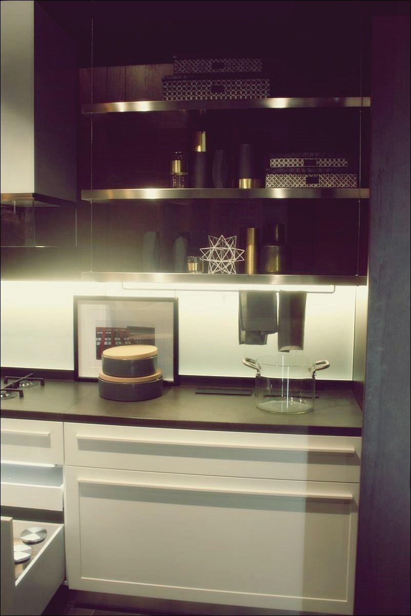 Unterboden Led Beleuchtung Setzt Die Kuchenzeile Ins Rampenlicht Led Beleuchtung Beleuchtung Offene Kuchenregale