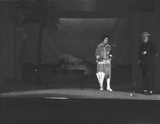Kuvassa kohtaus Turun työväen teatterin näytelmästä Uniensyöjä, jota esitettiin 1927-1928. Esityksen lavastukset olivat Wäinö Aaltosen käsialaa.1900-luvun alkupuolella lavasteita alettiin rakentaa näytelmäkohtaisesti aiemmin käytettyjen tyyppikulissien sijaan, jotka olivat ulkomaisten kulissimaalaamojen valmistamia ja kiersivät näytelmästä toiseen. Lavastuskoulutuksen puuttuessa niiden toteutuksesta vastasivat usein taiteilijat. Kuvaaja: Turun sanomat.  TS6048: