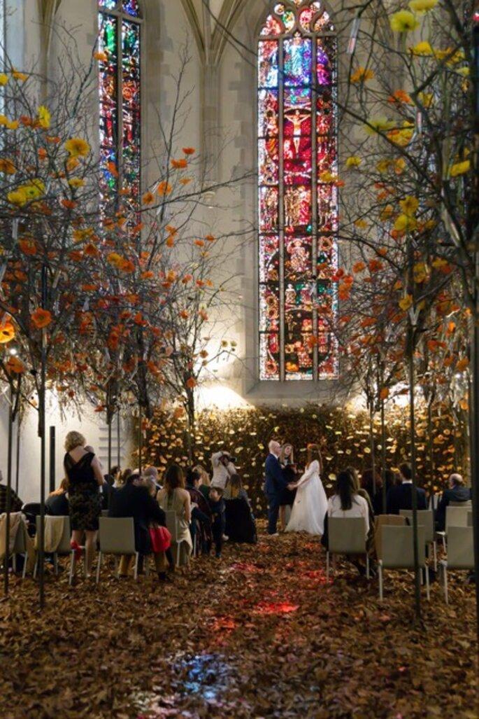 Blumentanz In Der Wasserkirche In Zurich Hochzeits Seminar Mit Franz Josef Wein Blumen Hochzeit Zeremonie Hochzeitsdekoration