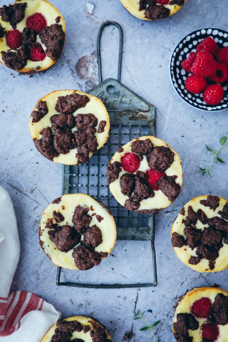 Rezept für Zupfkuchen Muffins - chocolate crumble cheesecake muffins #homemadesweets