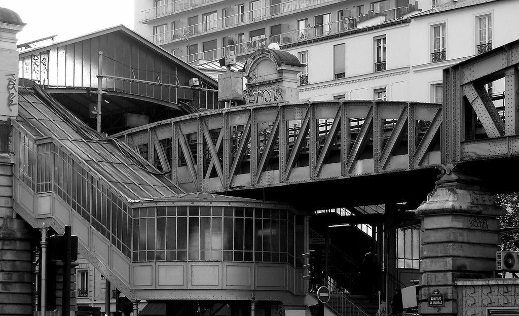 La Motte Picquet Grenelle Est Une Station Du Metro De Paris Sur Les Lignes 6 8 Et 10 Dans Le 15e Arrondissement De P Metro Paris Paris Arrondissement Paris
