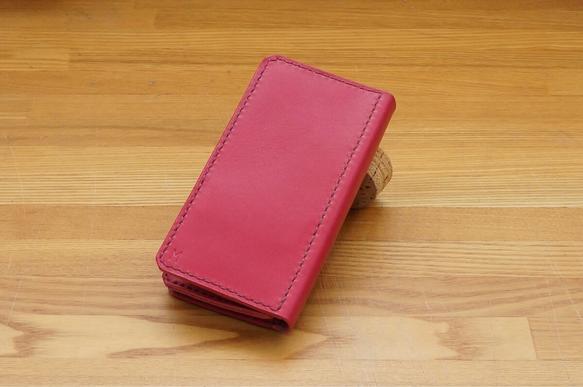 カラーオーダー頂いた、手帳型のiPhone用レザーケースになります。全レザーを姫路レザーピンクで統一し、濃いめのエンジステッチでアクセントをつけています。少し...|ハンドメイド、手作り、手仕事品の通販・販売・購入ならCreema。