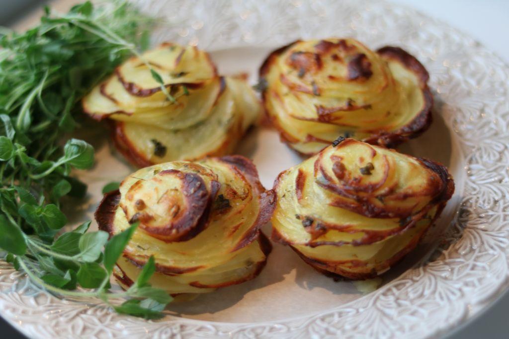 Jag fick frågan vad jag alltid har hemma i kylen, det skulle väl vara parmesan. Potatis och parmesan är en oslagbar kombination som man kanske inte tänker på i första taget. Denna är helt ljuvlig och perfekt på buffè bordet eller som tillbehör till en härlig köttbit. 4 personer Parmesanpotatis 8 potatisar (mediumstora) 1 dl [...]