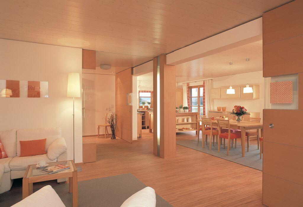 Wohnzimmer im Landhausstil mit Holz skandinavisch einrichten - wohnzimmer rot orange
