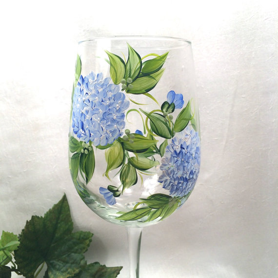 Blue Hydrangeas hand painted wine glass por DeannaBakale en Etsy