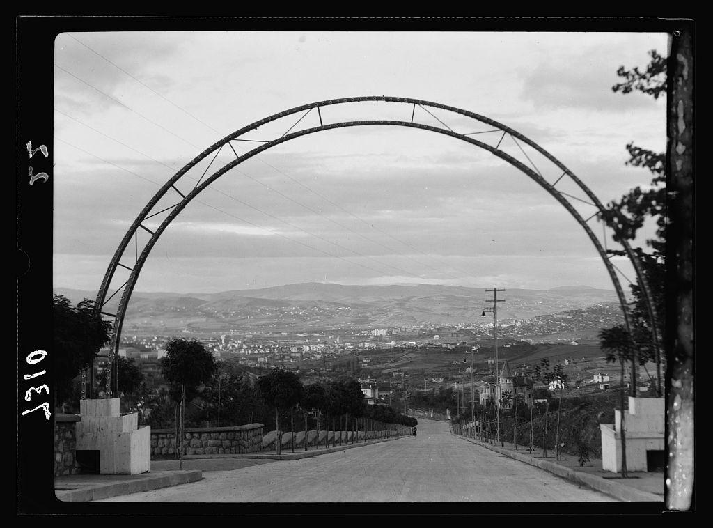 1935 / Yenişehir girişindeki çelik çember kapı