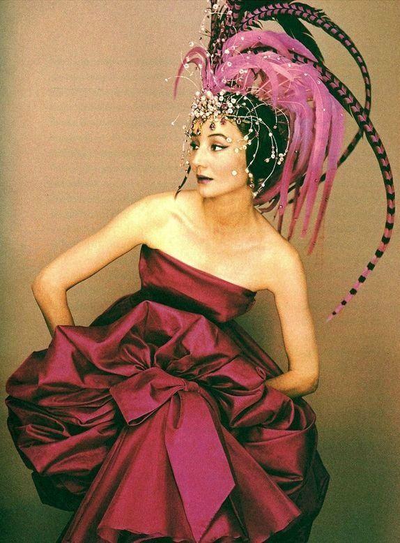 Jacqueline de Ribes in un abito Dior e copricapo di Raymundo de Larrain per il Bal de Têtes di Alexis de Redé, 1957