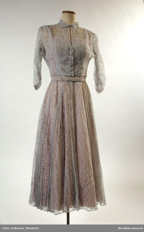 497292f29772 Leja, ca 1950-1959. Klänning av ljusgrå tyllspets, avskuren i midjan ...