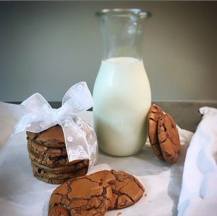 Es ist wieder Cookies and Milktime... jetzt dürfen wir wieder naschen damit es zu Neujahr wieder einen Vorsatz gibt und wir nächstes Jahr wieder eine Bikinifigur haben an der wir arbeiten dürfen. So erhält sich der Kreislauf Jahr für Jahr .... Diese chocolatechipbrowniecookies sind innen soft und außen crispy 🤤 ——————————————————————————————-