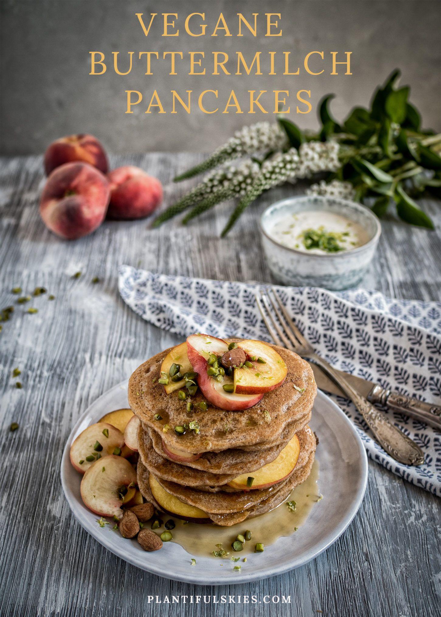 """Vegane """"Buttermilch"""" Pancakes mit Pfirsich und Zitronenmelissen Joghurt"""