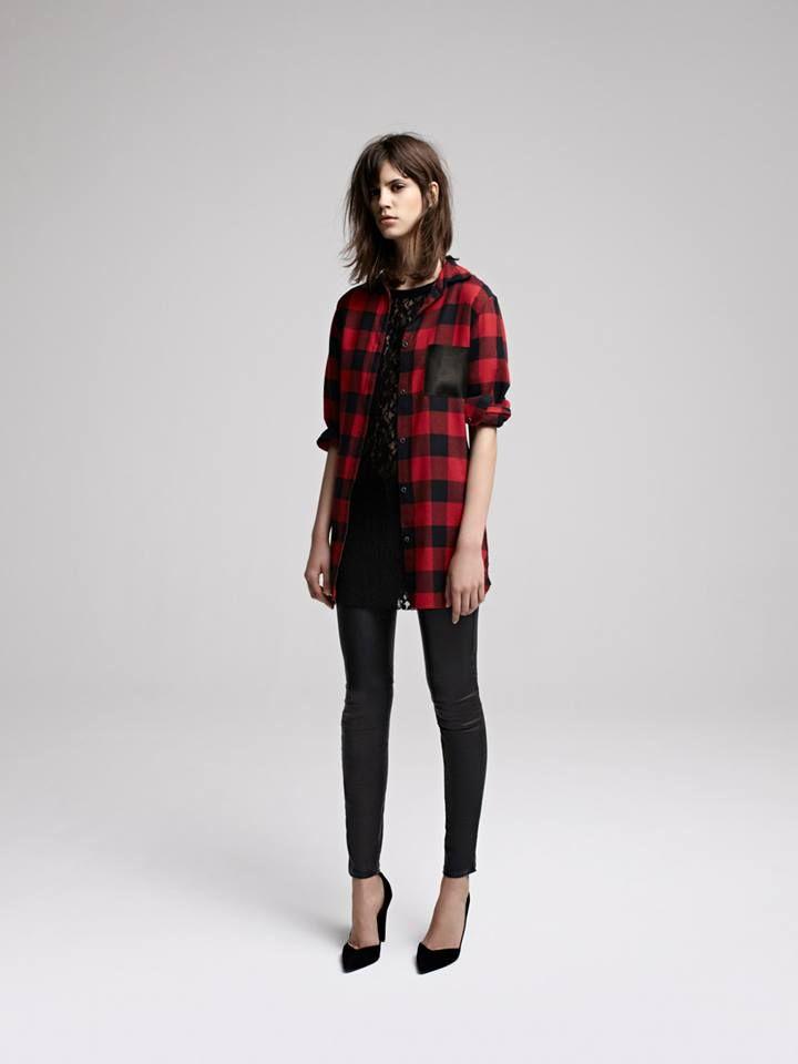DEGRIFFE Chemise longue à carreaux avec poche en cuir  Tartan shirt with  leather pocket DAINETTE Robe en dentelle   Lace dress DAFT Pantalon slim en  cuir ... 961e88a2f454