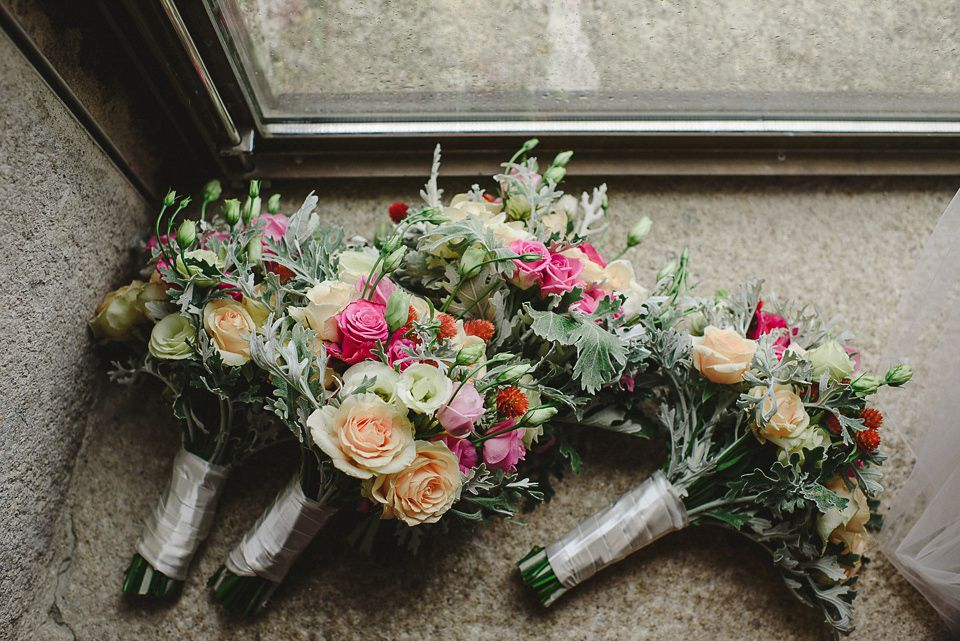 Mixed coloured rose bouquets  | Photography by http://www.quemcasaquerfotos.com/